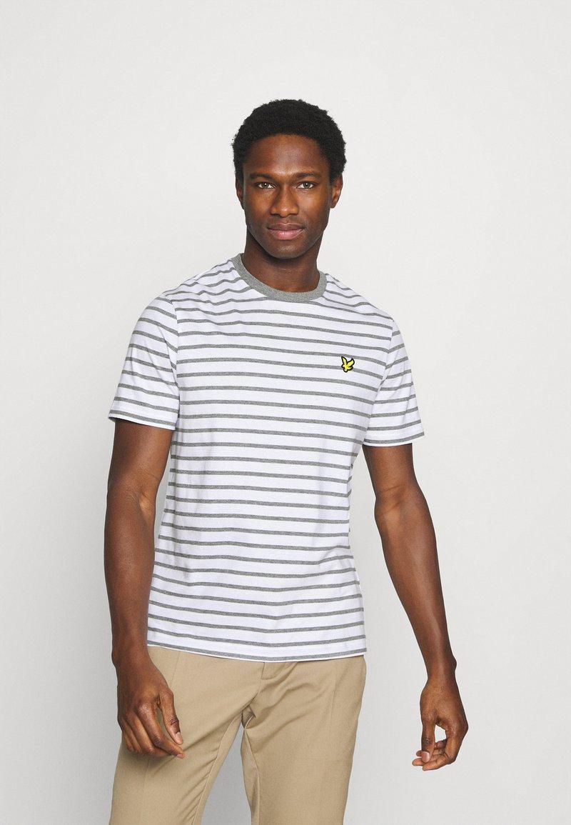 Lyle & Scott - BRETON STRIPE - T-shirt med print - mid grey marl/white