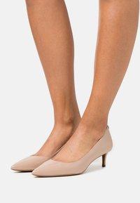 MICHAEL Michael Kors - SARA FLEX KITTEN  - Classic heels - light blush - 0