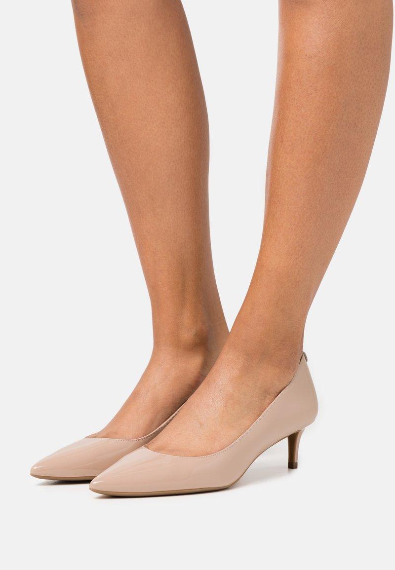 MICHAEL Michael Kors - SARA FLEX KITTEN  - Classic heels - light blush