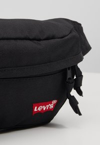 Levi's® - STANDARD BANANA SLING BATWING - Ledvinka - regular black - 2