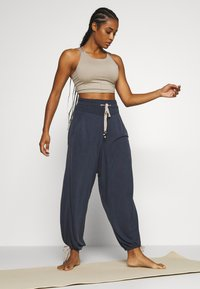 Free People - MANTRA CROP - Topper - stone - 1