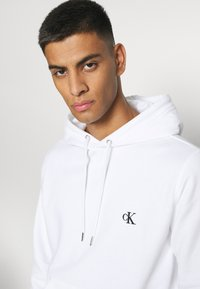 Calvin Klein Jeans - ESSENTIAL REGULAR HOODIE - Felpa - bright white - 3