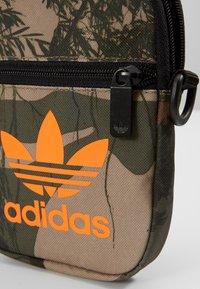 adidas Originals - CAMO FESTIV - Taška spříčným popruhem - hemp - 3