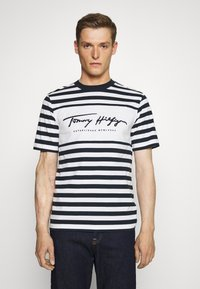 Tommy Hilfiger - SIGNATURE STRIPE RELAXED FIT TEE - Print T-shirt - blue - 0