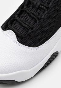 Jordan - MAX AURA 2 UNISEX - Zapatillas de baloncesto - white/gym red/black - 5