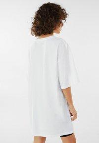 Bershka - MIT TIGERPRINT - Print T-shirt - nude - 2