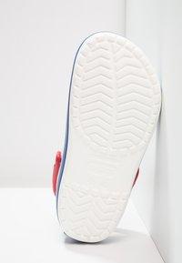 Crocs - CROCBAND UNISEX - Drewniaki i Chodaki - white/blue jean - 4