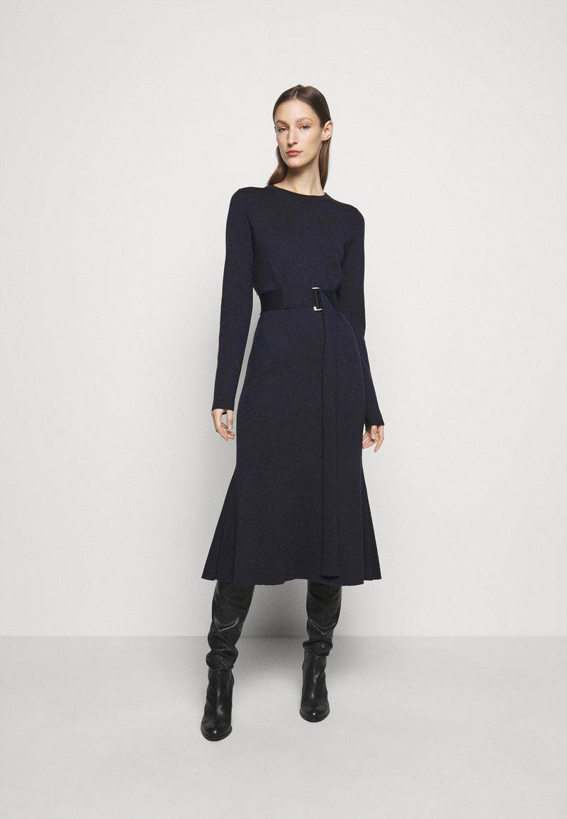 Victoria Beckham - BELTED  - Pletené šaty - navy/black