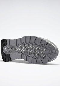 Reebok Classic - CLASSIC LEGACY UNISEX - Trainers - mgh solid grey/pure grey/chalk - 4