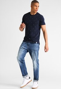 Pier One - T-shirt con stampa - navy - 1