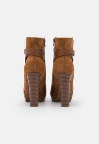 Anna Field - Kotníkové boty na platformě - cognac - 3