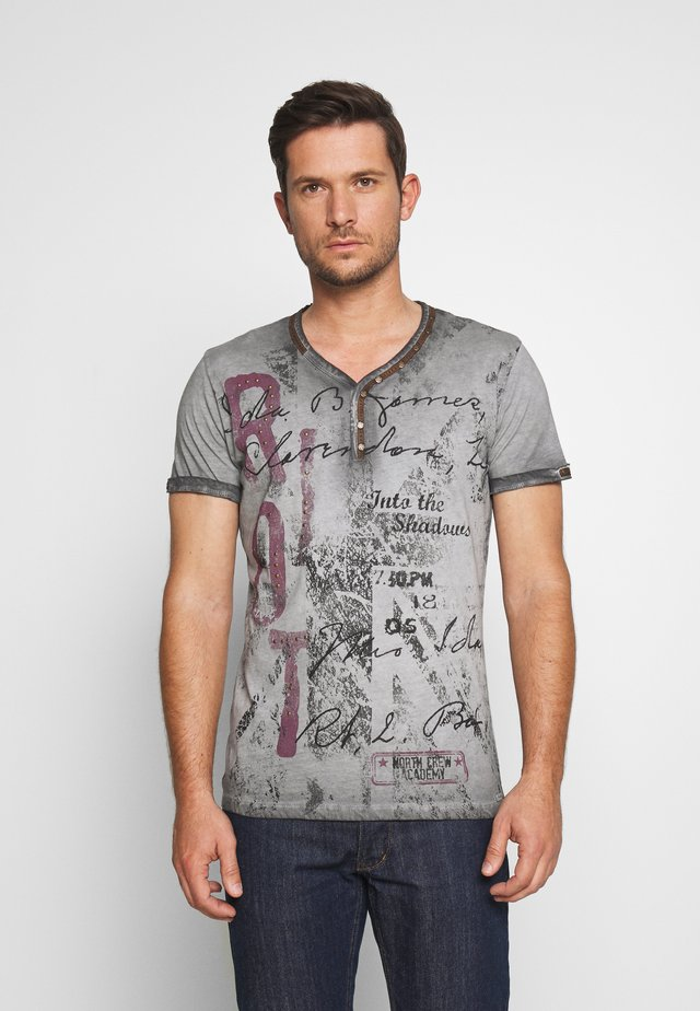 RIOT BUTTON - Print T-shirt - silver