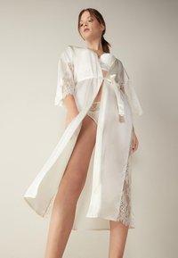 Intimissimi - SEIDENMORGENMANTEL - Dressing gown - talco - 0