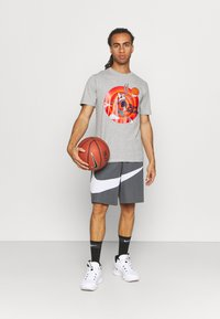 Outerstuff - NBA BUGS BUNNY SPACE JAM 2 TUNE SQUAD NAME & NUMBER TEE - Club wear - grey - 1