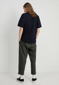 Carhartt WIP - T-shirt basique - dark navy - 2
