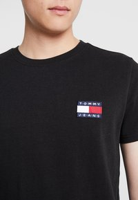 Tommy Jeans - BADGE TEE - T-shirts basic - black - 4