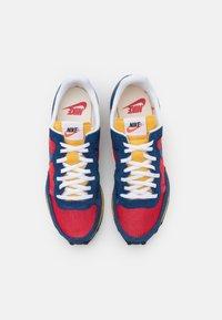 Nike Sportswear - CHALLENGER OG UNISEX - Tenisky - university red/coastal blue/solar flare/white/black - 3