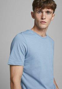 Jack & Jones - Basic T-shirt - faded denim - 3