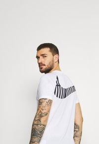 Nike Performance - DRY - Triko spotiskem - white/black - 3