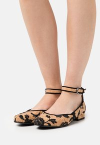 NAE Vegan Shoes - LEEN VEGAN  - Ballerinat nilkkaremmillä - brown - 0