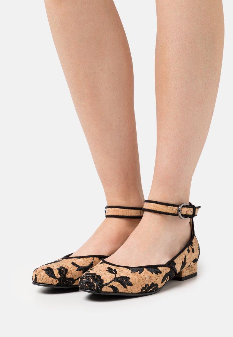 NAE Vegan Shoes - LEEN VEGAN  - Ballerinat nilkkaremmillä - brown
