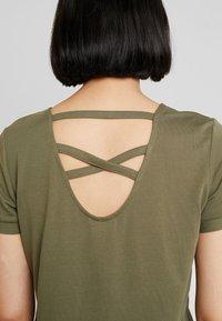 TOM TAILOR - T-shirts print - dry greyish olive - 4