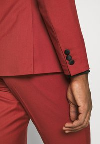 Isaac Dewhirst - THE TUX - Dress - red - 12