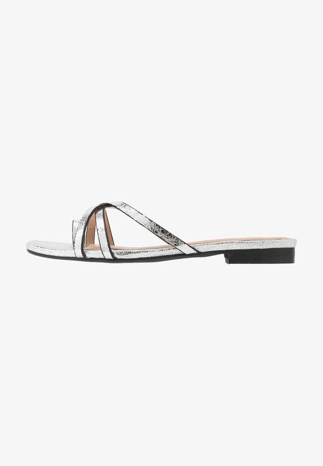 LILLYY - Sandály s odděleným palcem - silver