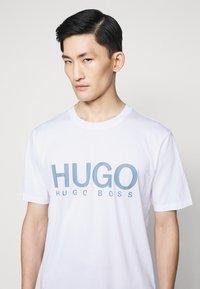 HUGO - DOLIVE - Print T-shirt - white/blue - 4