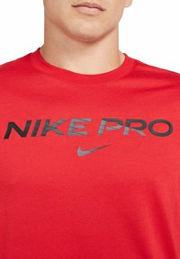 Nike Sportswear - T-shirt con stampa - university red - 2