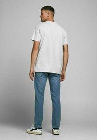 Royal Denim Division by Jack & Jones - JJ-RDD CREW NECK - T-shirt basic - white melange - 2