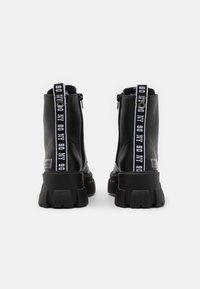 Steve Madden - TANKER - Kotníkové boty na platformě - black - 3