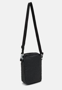 Nike Sportswear - HERITAGE UNISEX - Skulderveske - black/white - 1
