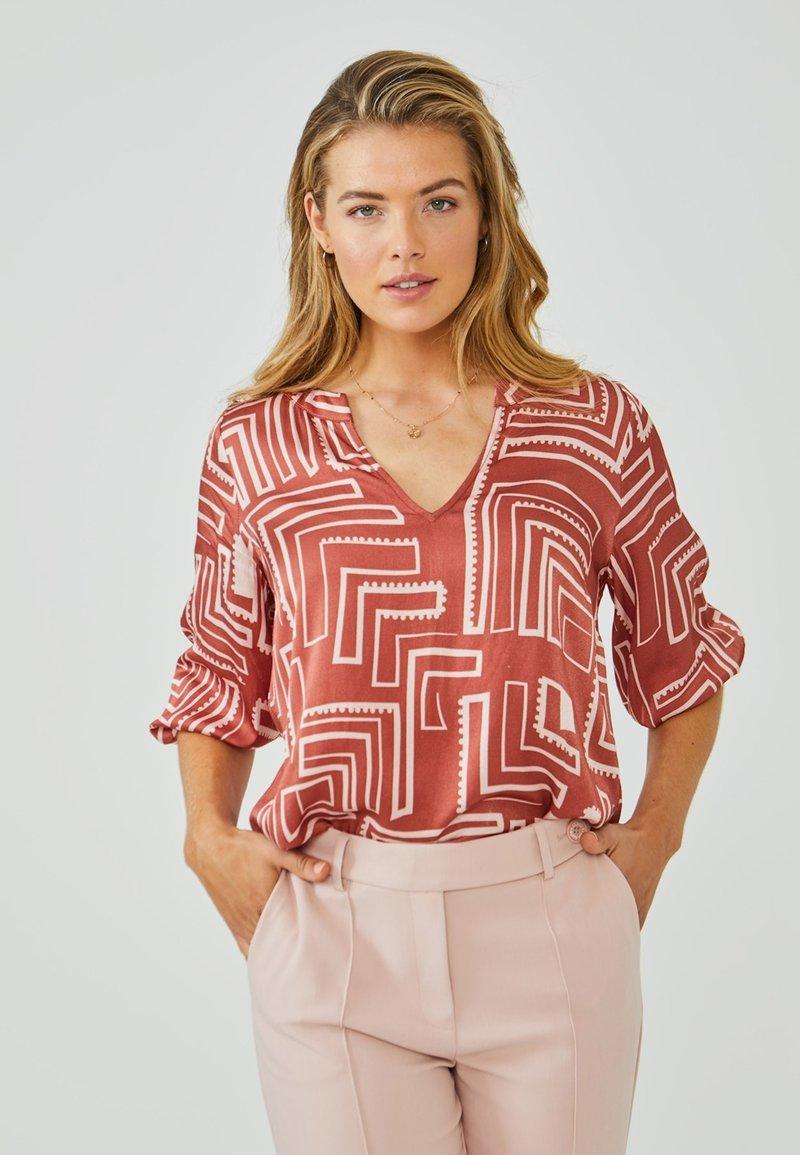 Aaiko - GRAZIELLA - Blouse - arabian red dessin