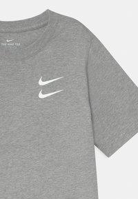 Nike Sportswear - Triko spotiskem - dark grey heather - 2