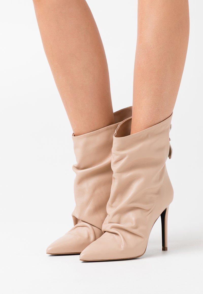 Patrizia Pepe - Kotníková obuv na vysokém podpatku - camel beige