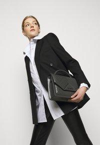 KARL LAGERFELD - KLASSIK QUILTED SHOULDER BAG - Handbag - thunder - 0