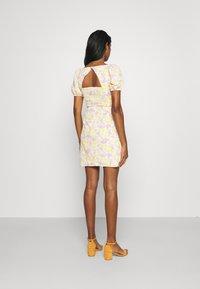 Glamorous - MAYA MINI DRESS WITH PUFF SHORT SLEEVES - Day dress - lemon lilac print - 2