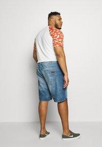 TOM TAILOR MEN PLUS - JEANSHOSEN JOSH REGULAR SLIM DENIM SHORTS - Denim shorts - light stone wash denim - 2