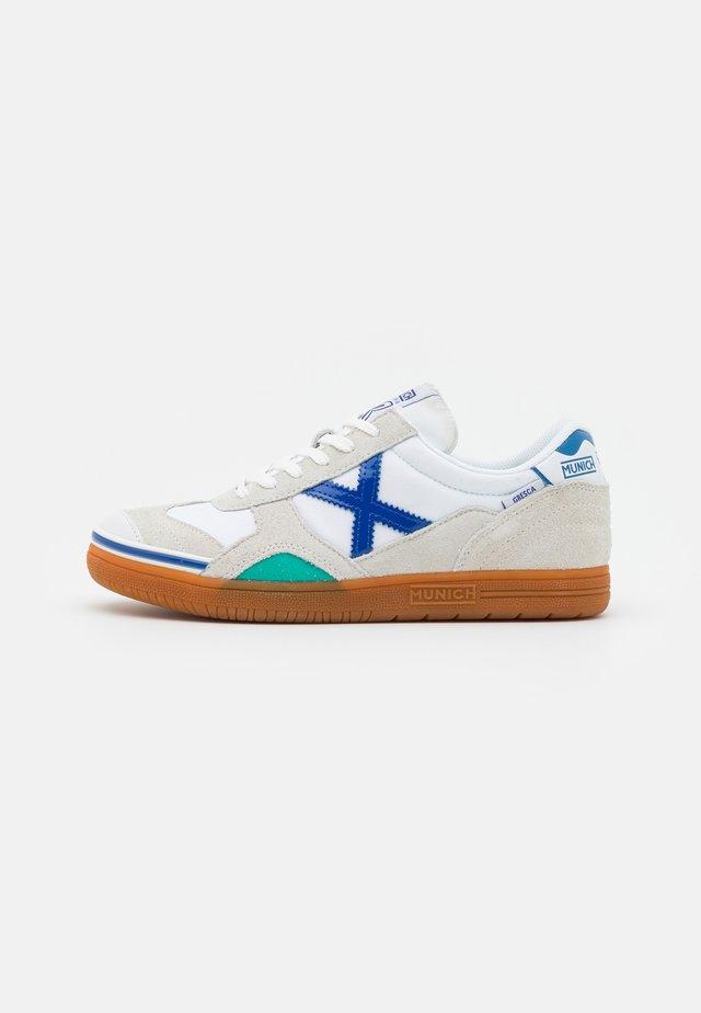 GRESCA - Scarpe da calcetto - white/blue