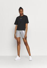 Nike Performance - DRY TEE BOXY RAINBOW - T-shirt imprimé - black - 1
