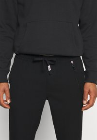 Tommy Jeans - SOLID SCANTON PANT - Trousers - black - 4