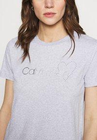 Calvin Klein - VALENTINES CREW NECK TEE - Printtipaita - light grey heather - 4