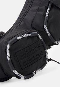 adidas Originals - ESSENTIAL CROSSBODY ADICOLOR FANNY PACK WAISTBAG - Bum bag - solid grey/white/black - 3
