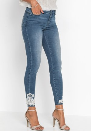 MIT HÄKELSPITZE FEMININE  - Jeans Skinny Fit - blau