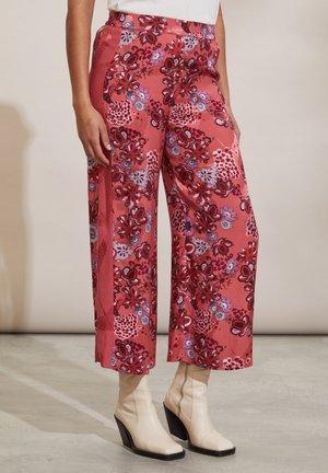 JACQUELINE - Trousers - cranberry