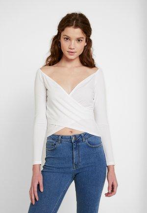 Pamela Reif x NA-KD BARDOT WRAP FRONT CROP - Camiseta de manga larga - off white
