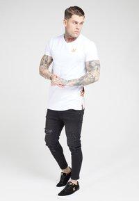 SIKSILK - PANEL FLORAL - T-shirt z nadrukiem - white/elegance - 1
