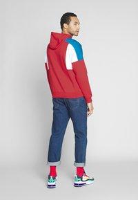 Nike Sportswear - HOODIE - Bluza z kapturem - university red/white/industrial blue - 2
