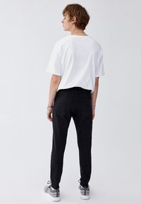 PULL&BEAR - Džíny Slim Fit - black - 2